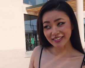 Качок на улице потрахался с азиатской туристкой
